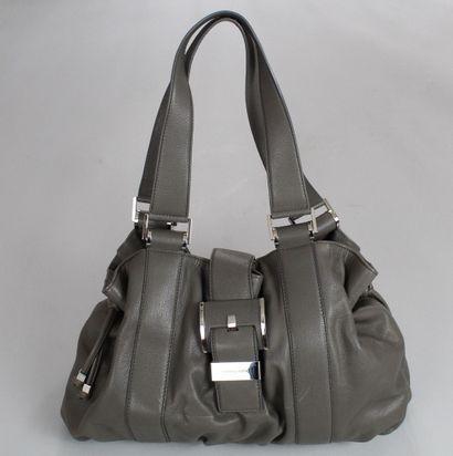 MICHAEL KORS    Sac XL porté main ou épaule en cuir gris, décoré de grosses bijouteries...