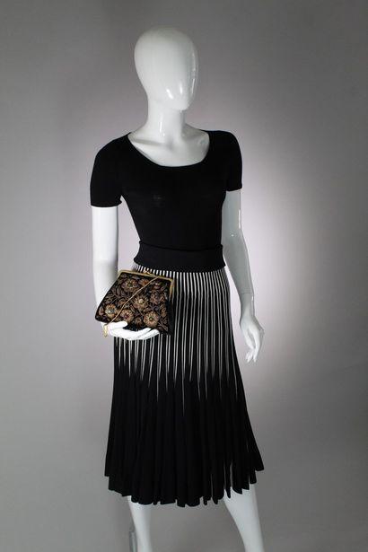 ANONYME    Sac porté main ou épaule en velour noir format porte-monnaie, rebrodé...