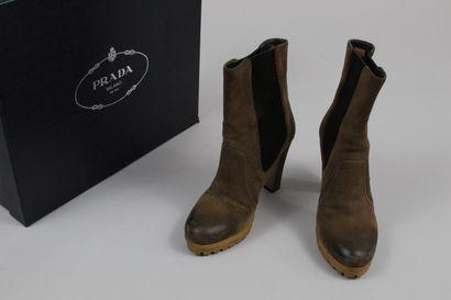 PRADA    Paire de boots à talon en daim brun...