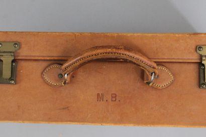 ANONYME    Elégante valise rigide en cuir naturel et bijouterie laiton, chiffrée...