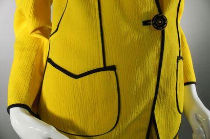 EMMANUEL UNGARO, PARALLELE.    Tailleur en crêpe jaune vif à empiècements passementerie...