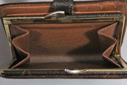 LOUIS VUITTON  Portefeuille-portemonnaie en cuir naturel et toile monogrammée  Une...