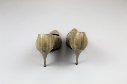 CHRISTIAN DIOR CREEED BY ROGER VIVIER (circa 1960) Pair of high stiletto pumps in...