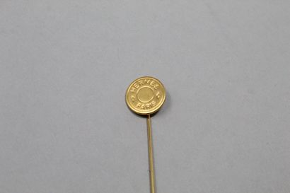 """HERMES Paris  Epingle à revers en métal doré.  Porte l'inscription """"HERMES PARIS"""",..."""