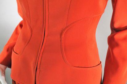 MUGLER    Ensemble orange composé d'une veste cintrée à empiècements géométriques...