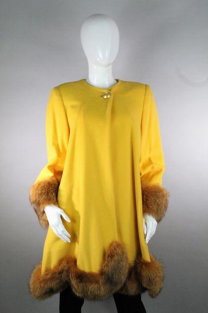 ANONYME    Manteau jaune évasé en laine mélangée...