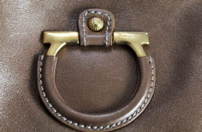 SALVATORE FERRAGAMO    Sac porté main ou épaule en cuir cappucino, à large applats...
