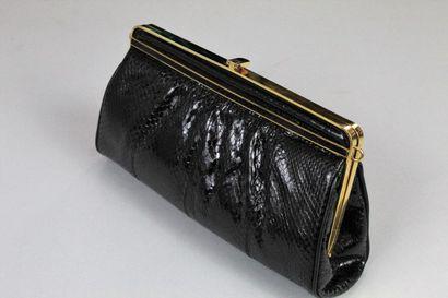 ANONYME    Pochette en serpent noir fermoir porte-monnaie, crochet permettant l'ajout...