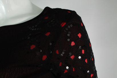 MAXMANI    Top à manche courte bi-matière à superposition noire sur rouge.  Détail...