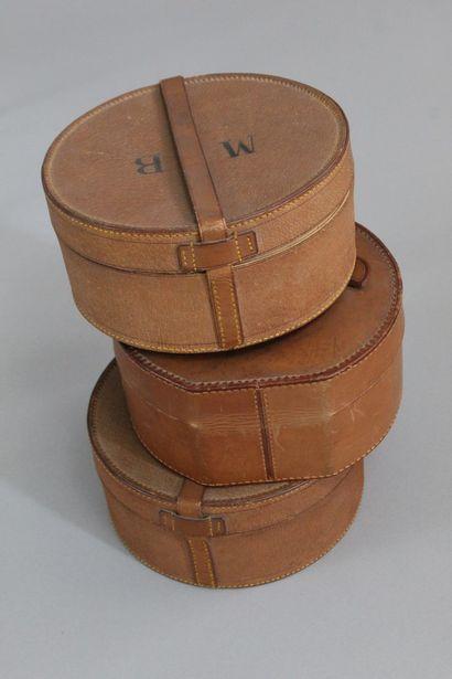 ANONYME    Lot de trois boîtes rondes en cartonnage recouvert de cuir naturel, deux...