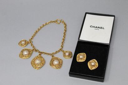 CHANEL  Demi parrure en métal doré et perles...