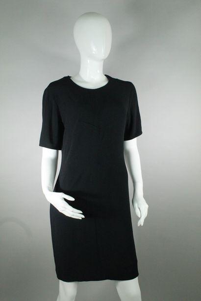 PIERRE BALMAIN    Robe cintrée à manches courtes, couture figurant un motif géométrique...