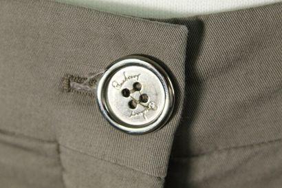 BURBERRY    Bermuda en coton kaki, deux poches fendues, boutonage en métal argenté...