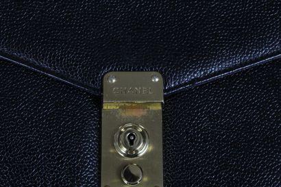 CHANEL    Porte document en cuir caviar noir, accastillages dorés.  Une grande poche,...