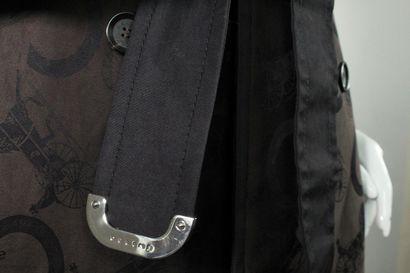 CELINE  Rare trench coat en coton brun et marron à multiples imprimés emblématiques...