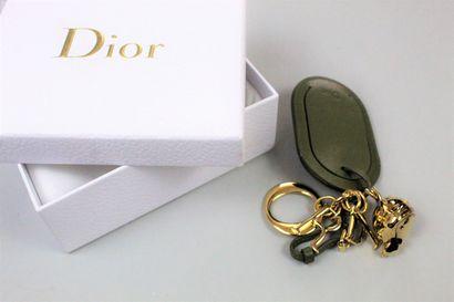 CHRISTIAN DIOR    Collection Croisière 2017  Porte-nom en cuir kaki de forme oblongue...
