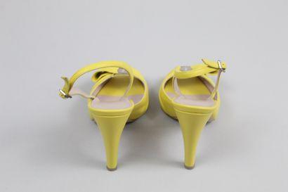 SALVATORE FERRAGAMO    Paire d'escarpins en cuir lisse jaune au bout décorés d'un...