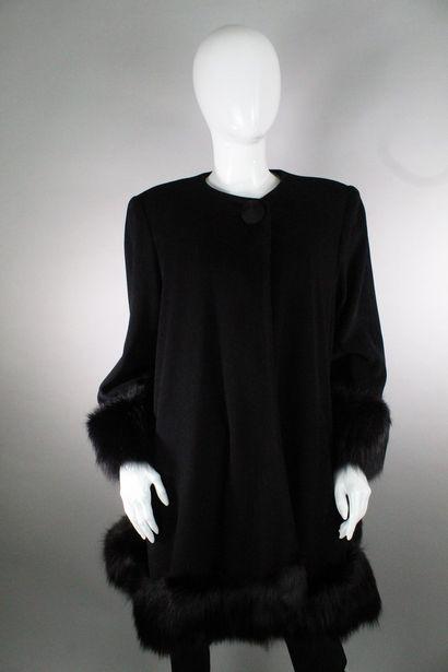 ANONYME    Manteau noir évasé en laine mélangée...