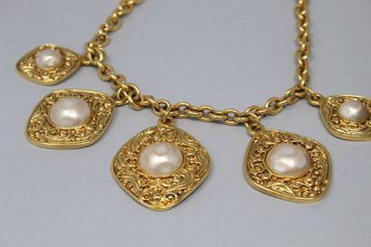 CHANEL  Demi parrure en métal doré et perles fantaisie comprenant une paire de clips...
