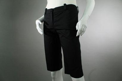 BURBERRY    Bermuda en coton noir, deux poches fendues, boutonage en métal argenté...