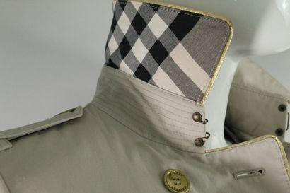 BURBERRY    Trench beige en toile de coton, à importants détails dorés d'empiècement...