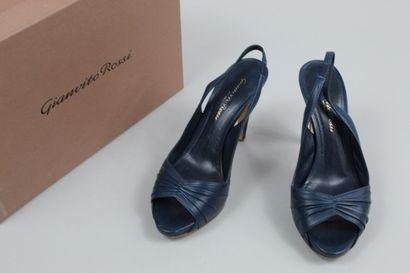GIANVITO ROSSI    Paire de sandales à talon en cuir lisse bleu et à talon verni...