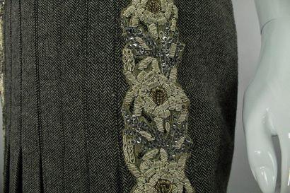 ETRO    Jupe demi-plissée en laine mélangée à motifs herringbone, importantes broderies...