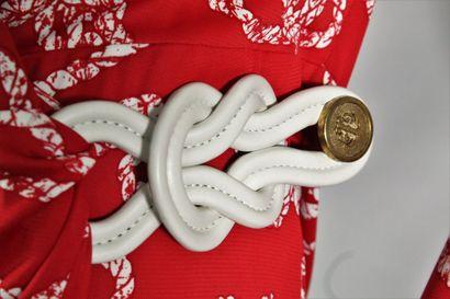 GUCCI    Robe cache-coeur à manches longues à motif de cordage blanc sur fond rouge....