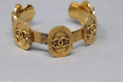 CHANEL  Bracelet jonc en métal doré siglé Chanel.  Diam. : 58 mm.  (Restauratio...