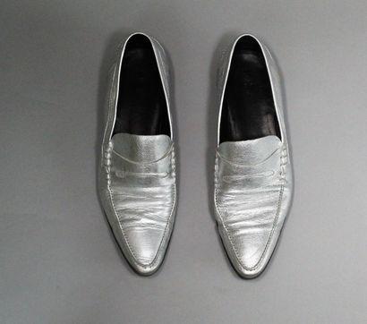 DIOR (par Hedi Slimane)    Rare paire de mocassins pointus argentés en cuir de veau....