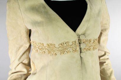 VALENTINO  Veste en daim beige rebrodée de sequins et de perles.  Boutonnage trois...