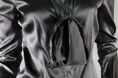 DOLCE & GABBANA    Chemisier gris à manche longue en soie mélangée à effet lavalière....