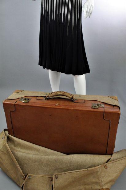 """ANONYME    valise rigide en cuir naturel et bijouterie laiton, chiffrée """"V.B."""" aplats..."""
