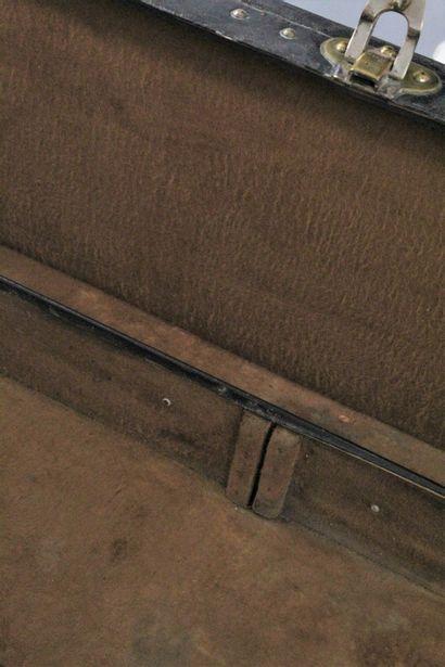 LOUIS VUITTON    Valise rigide en cuir noir, les garnitures en laiton doré signées,...