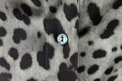 DOLCE & GABBANA    Chemisier en soie imprimée léopard gris, légèrement cintré à...