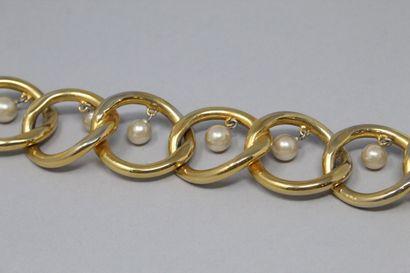 CHANEL (Circa 1980) Collier ras de cou en métal doré à maille large orné de perles...