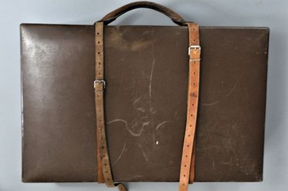 """LOUIS VUITTON    Valise rigide rectangulaire chocolat, modèle """"Marmotte"""", poignée..."""