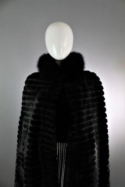 CHRISTIAN DIOR (Circa fin 1970) Longue cape en vison rasé à motifs de bandes parallèles,...