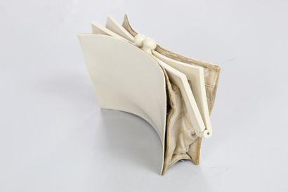 CHANEL (circa 1950)    Sac en ivoirine, deux pochettes internes.  Fermoir porte-monnaie....