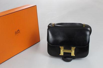 HERMES (1972) Sac « Constance » 23cm en box noir, fermoir « H » plaqué or sur rabat,...