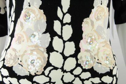 BLUMARINE    Col roulé noir manches mi longueur à imprimés et broderies floraux....