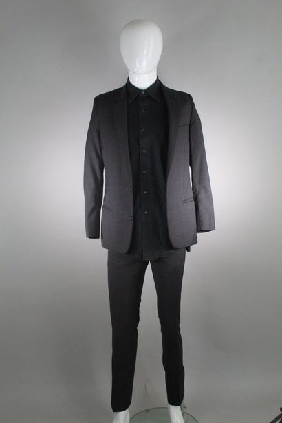 DIOR    Costume gris en laine, double boutonnage, deux poches passepoilées, deux...