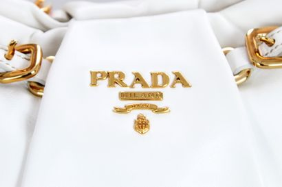 PRADA    Sac porté main ou épaule en veau blanc, à bijouterie dorée.  Une grande...