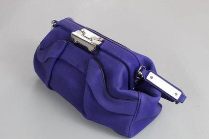CELINE    Rare sac porté main ou épaule en cuir grainé bleu-violet mat.  Fermoir...