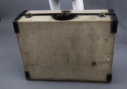 HERMES    Grande valise rigide en toile crème et cuir bleu nuit, divisée en deux...