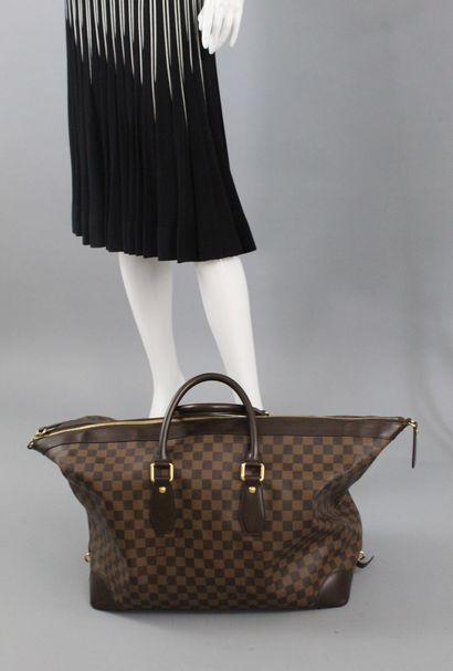 """LOUIS VUITTON Sac de voyage modèle """"All Day"""", en toile damier et cuir chocolat...."""