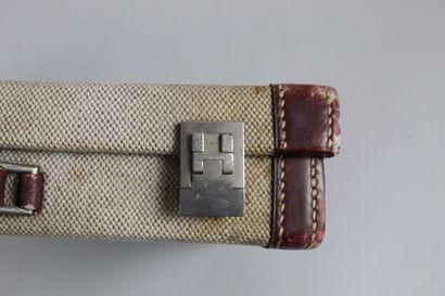 HERMES  Mallette à compartiments en toile beige et cuir brun.  Intérieur en marocain...