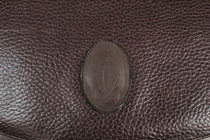 CARTIER (Must de)    Sac bandoulière ou épaule à rabat aimanté en cuir grainé bordeaux....