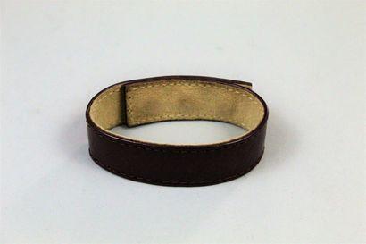 LOUIS VUITTON  Bracelet Louis Vuitton en cuir marron monogramé LV. Inscription à...