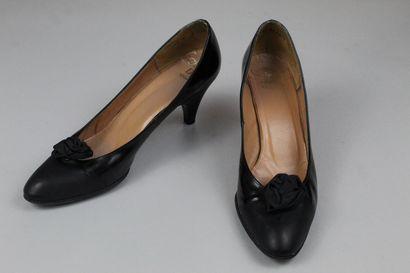 CHRISTIAN DIOR SOULIERS (circa 1970)    Paire d'escarpins en cuir noir mat et glacé...